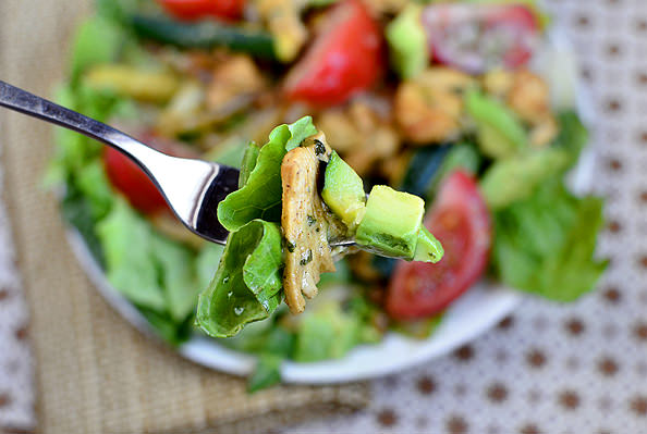 Chicken Fajita Sizzling Salad with Cilantro Lime Vinaigrette via @Iowa Girl Eats
