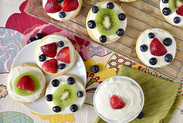 Mini-Fruit-Pizzas-with-Marshmallow-Creme-Frosting-16_mini