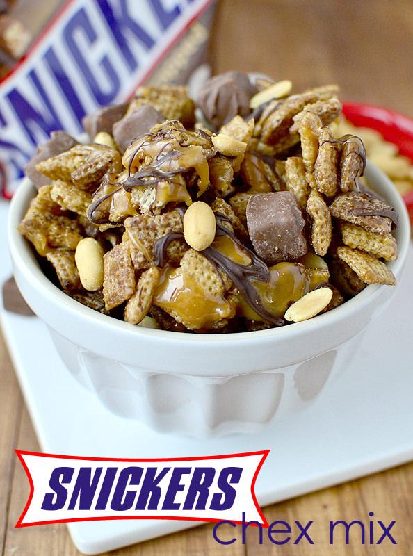 Snickers Chex Mix #dessert | iowgirleats.com