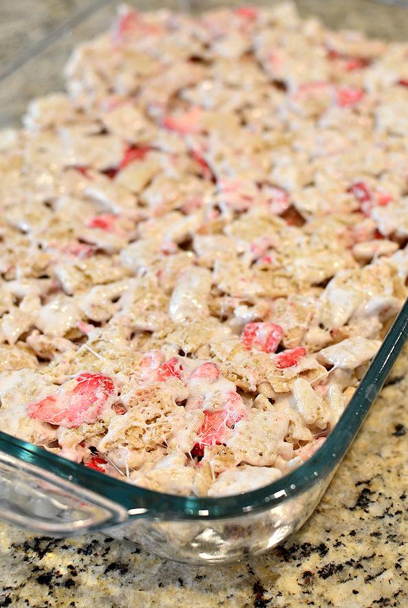 Strawberry Shortcake No-Bake Treat Bars. Just 4 ingredients, made in 10 minutes! #glutenfree   iowagirleats.com