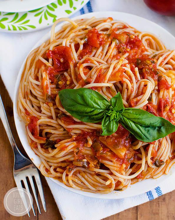overhead photo of a plate of spaghetti al pomodoro