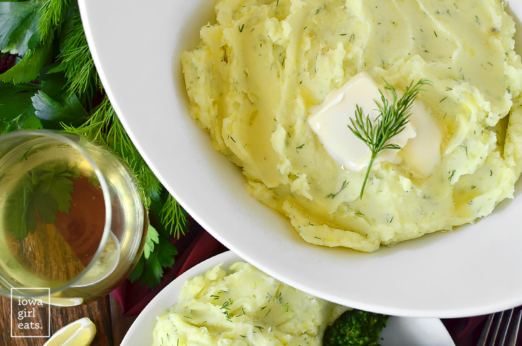 If you love sour cream and onion potato chips, you'll flip for Sour Cream and Dill Mashed Potatoes. A delicious and easy gluten-free side dish!   iowagirleats.com