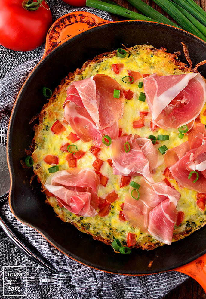 hash brown crust breakfast pizza in a cast iron skillet